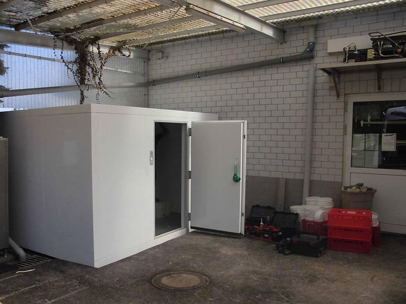 Kühlzelle unter einem Carport geöffnet