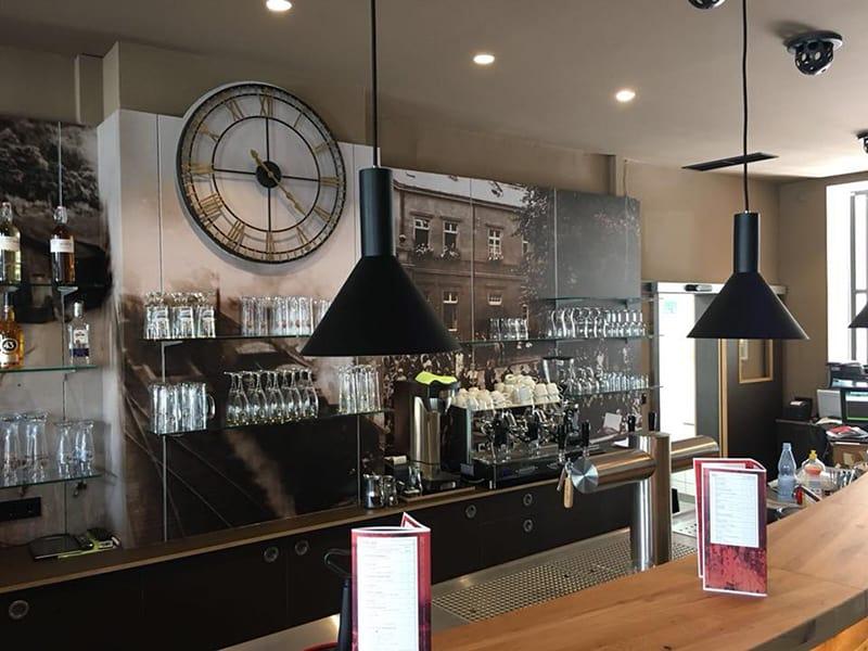 Zapfanlage mit Kühltheke in einer Bar