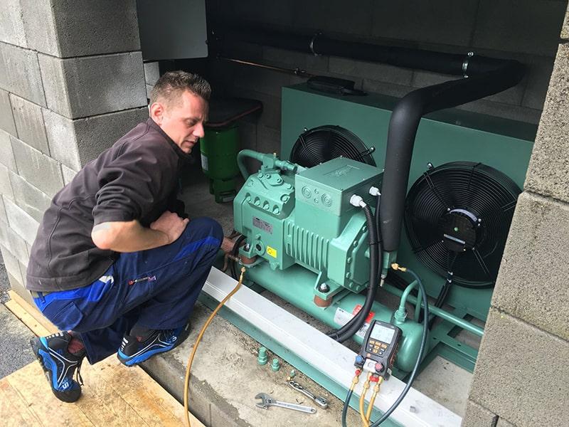 Monteur arbeitet an einer Kühlanlage