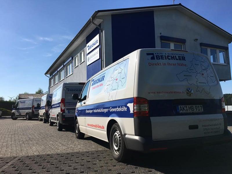 Service-Fahrzeuge vor dem Firmengebäude Beichler Kälte- & Klimatechnik GmbH